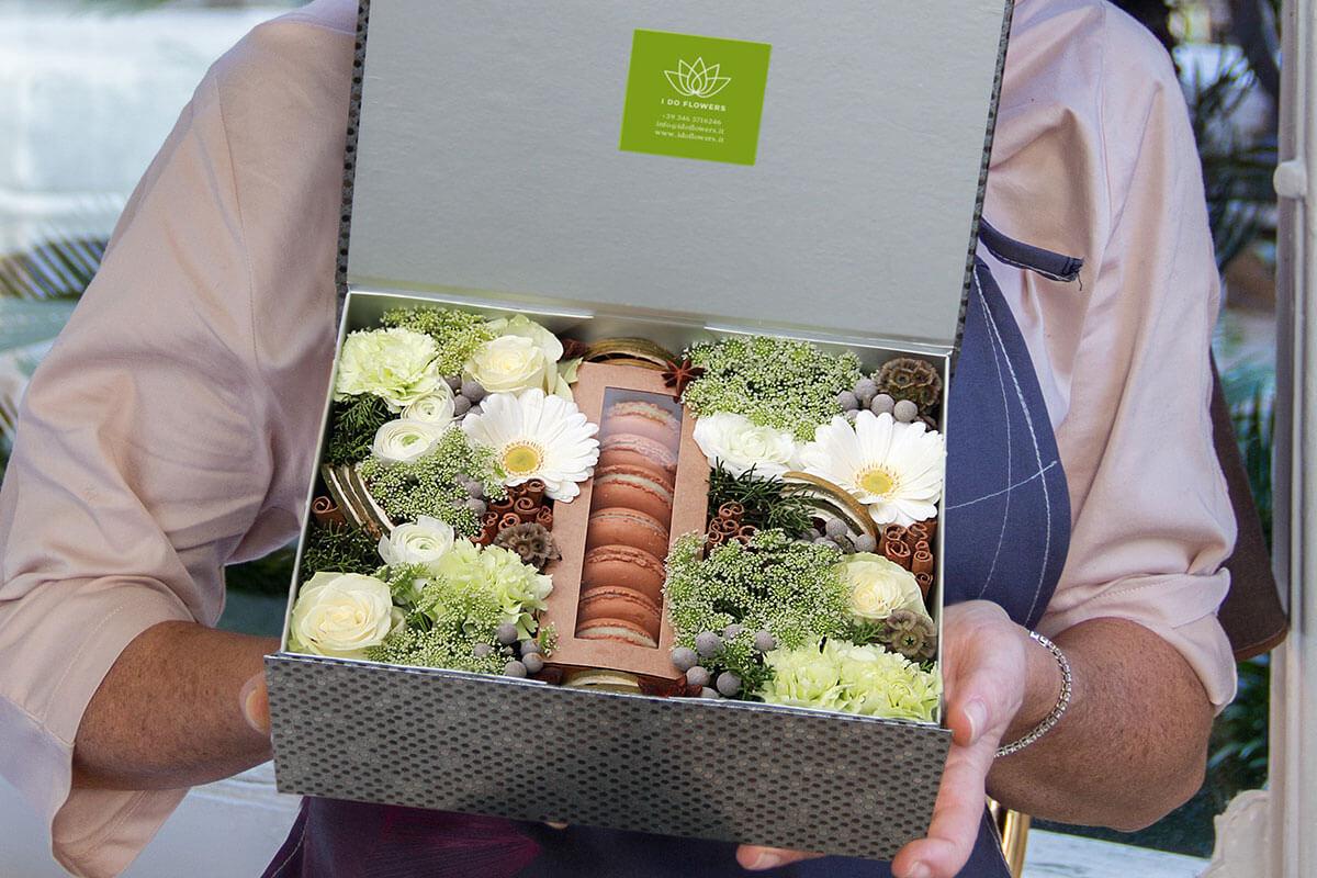 Ordina la tua scatola piena di dolci e fiori